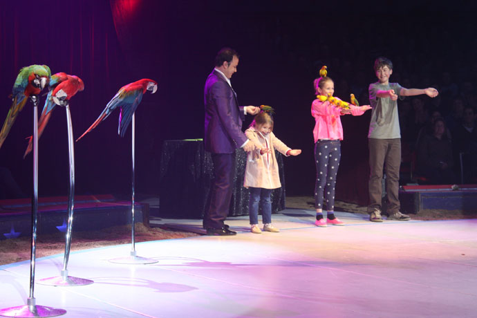 Alessio Fochesato and children from the audience with his beautiful parrots