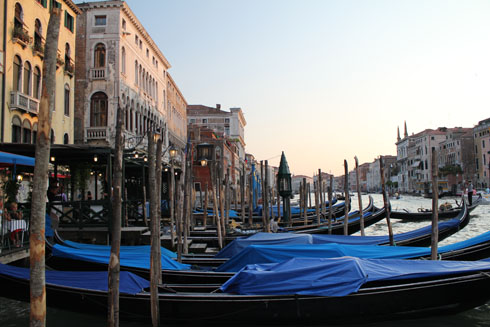 Gondolas-on-Canal-Grande-near-Rialto
