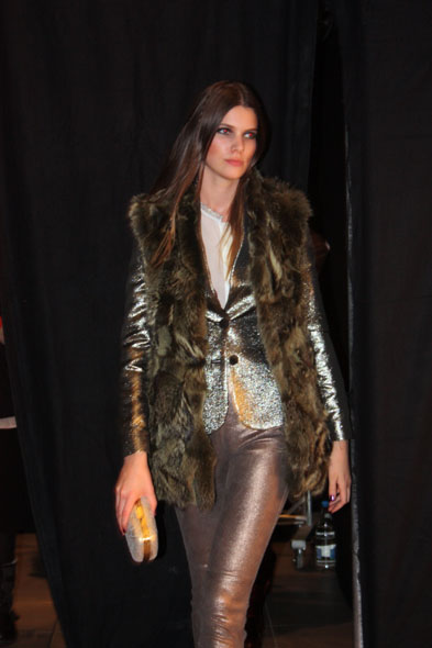 Jelmoli fashion show - model wearing a green fur scarf