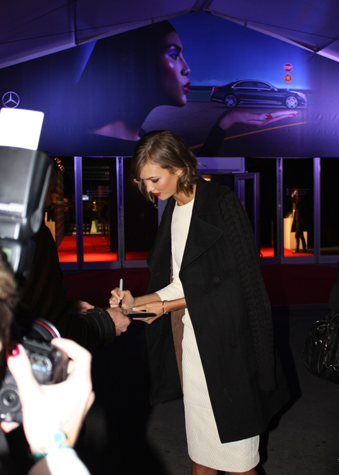 Karlie Kloss signing autographs in Zurich at the Mercedes Benz Fashion Days - crédit Véronique Gray