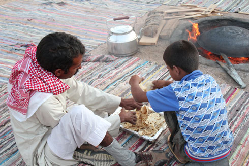 Making bread with the bedouins in the Sinai