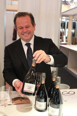 Georgio Angiolini presenting the 2009 sparkling wine Cantina della Volta from Christian Bellei