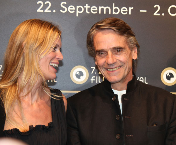 Nadja Schildknecht and Jeremy Irons, happy and relaxed on the green carpet