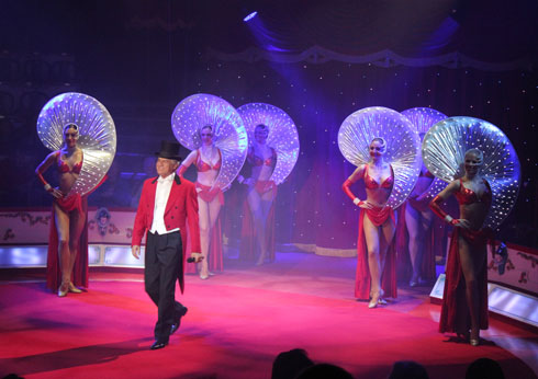 Pino Gasparini with Conelli dancers