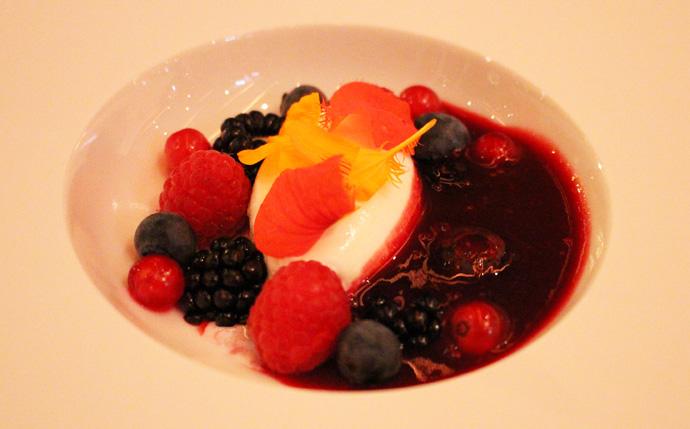 Red fruits dessert - Dom Pérignon Rosé Paradox creative menu - Park Hotel Vitznau - copryright Veronique Gray
