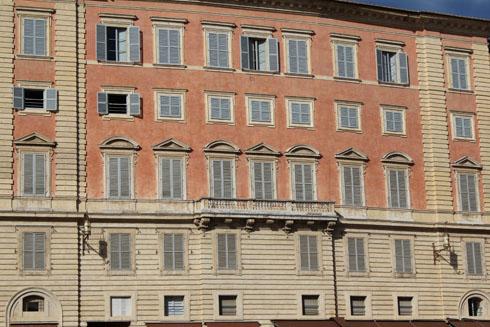 Il campo's windows in Siena