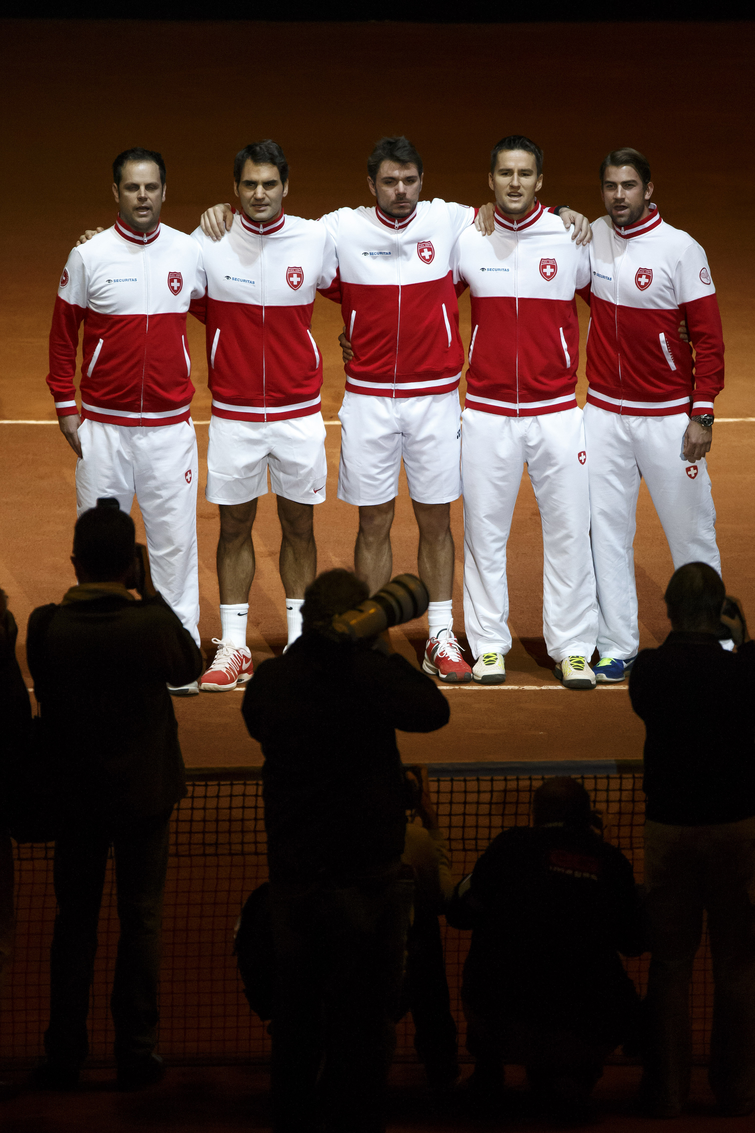 Swiss Davis Cup Team: from left to right, Swiss Davis Cup Team captain Severin Luethi, Roger Federer, Stan Wawrinka, Marco Chiudinelli, Michael Lammer, sing the Swiss anthem, during the ceremony prior the double match of the Davis Cup Final between France and Switzerland, at the Stadium Pierre Mauroy in Lille, France, Saturday, November 22, 2014. (KEYSTONE/Salvatore Di Nolfi)